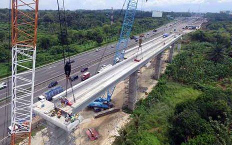 Proyek LRT sampin jalan tol.